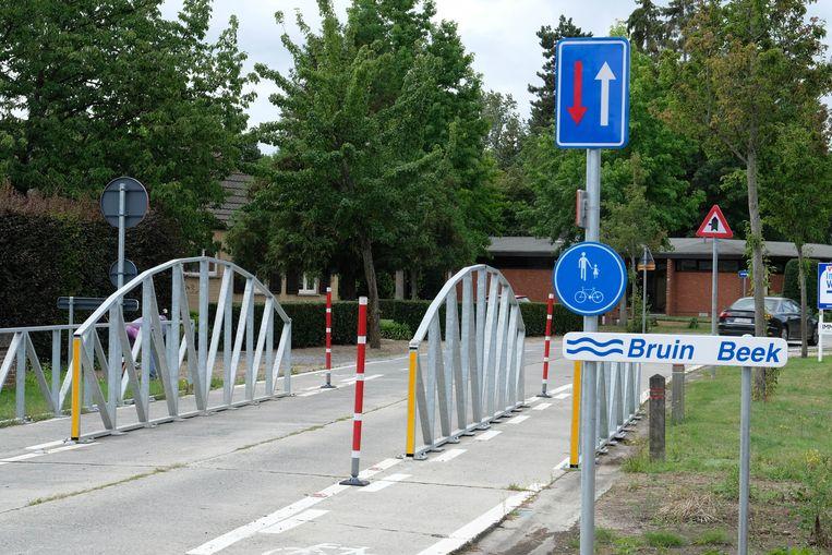 De verkeersremmer in de Bruinbeekstraat wordt afgebroken