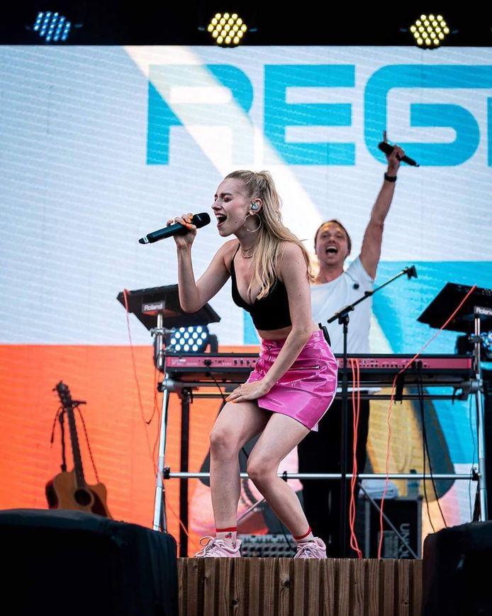 Nadat ze elkaar leerden kennen tijdens 'Zomerhit 2019', levert Camille nu de titelsong voor 'Vergeet de tijd', het nieuwste album van Regi.