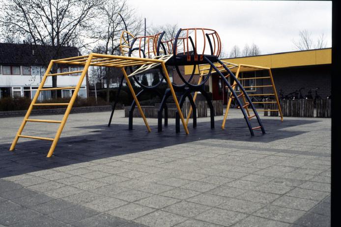 Kunst- en speelobject in de vorm van een werkbij bij openbare basisschool De Ieme. Foto Fotoclub Raalte/reproductie Gerard Vrakking