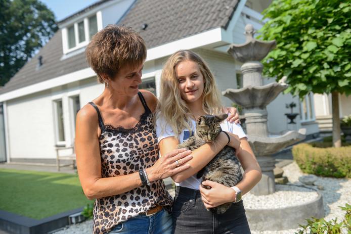 Louize Zoombelt en haar dochter met een van de twee katten die kilometers verderop werd teruggevonden.