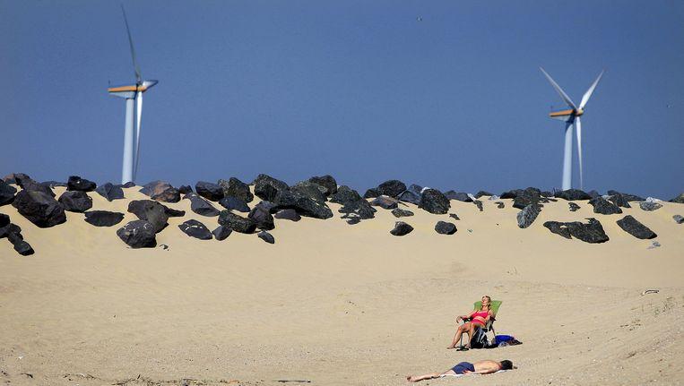 Windmolens bij de kust van IJmuiden. Noord-Holland zit iets over de helft van haar doelstelling voor windenergie Beeld anp