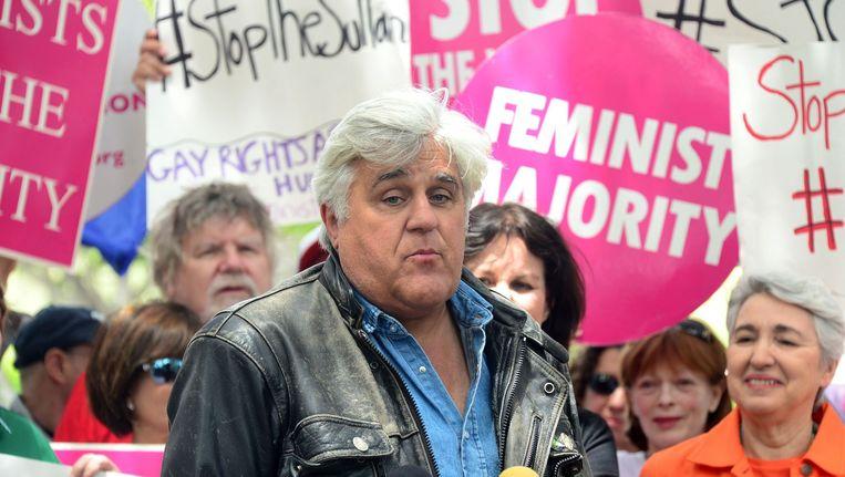 Komiek Jay Leno tijdens een demonstratie van vrouwen- en homorechtengroeperingen bij het Beverly Hills Hotel. Beeld afp