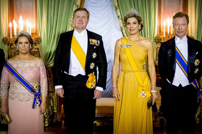 Koning Willem-Alexander, koningin Maxima, Groothertog Henri, Groothertogin Maria Teresa, Erf Groothertog Guillaume en Erf Groothertogin Stephanie tijdens het staatsbanket in Luxemburg.
