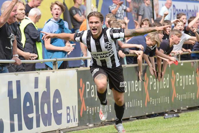 Ralf Kemper juicht na zijn treffer tegen Staphorst, de 1-1.