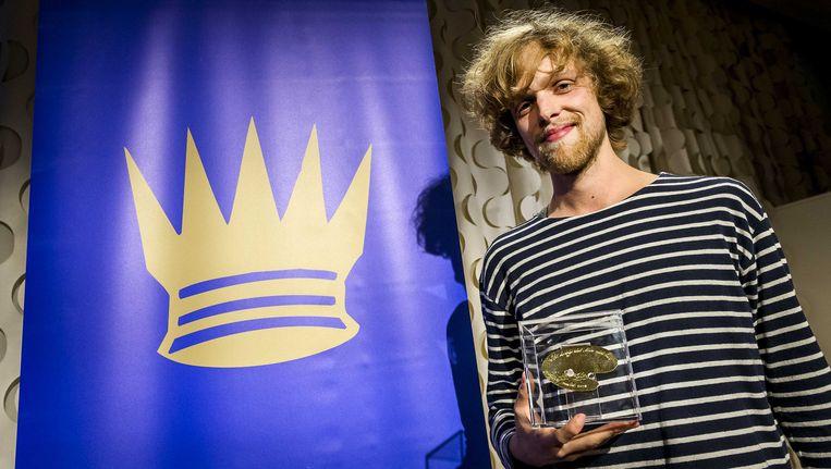 Winnaar Anton van Hertbruggen toont zijn Gulden Palet 2014 tijdens de uitreiking in het Rijksmuseum.