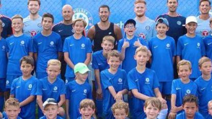 Sterren op vakantie: Hazard bezoekt in Griekenland een kamp van Chelsea en pleziert fans - Lukaku met knappe dunk