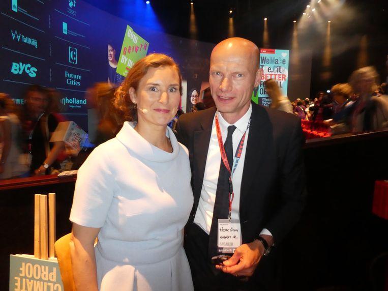 B: Natasja van den Berg, host van de avond, en spreker Henk Ovink: