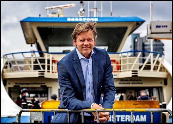 ChristenUnie-Kamerlid Joël Voordewind bij de pont over het IJ in Amsterdam waar hij elke dag de oversteek maakt om de trein naar Den Haag te pakken.