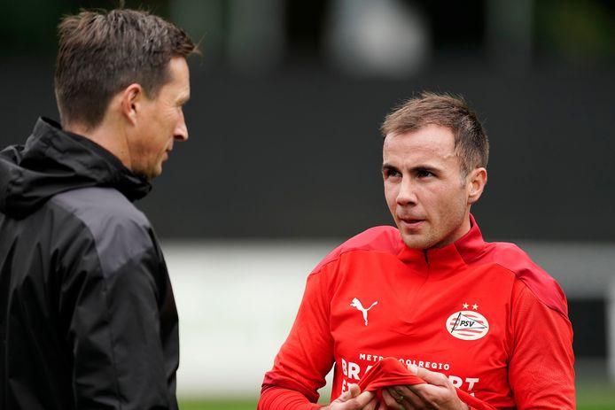 Roger Schmidt en Mario Götze tijdens de training van PSV.