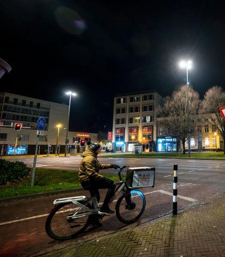 Maaltijdbezorgers domineren zaterdagavond het Arnhemse straatbeeld