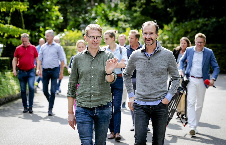 Minister Sander Dekker (links) en minister Eric Wiebes tijdens de jaarlijkse heidag van het kabinet.  Beeld ANP