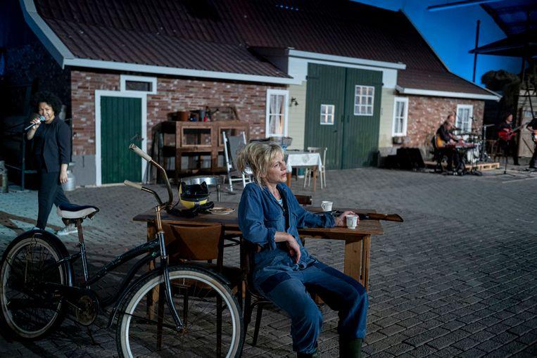 Verteller Naomi van der Linden en actrice Johanna ter Steege voor de boerderij Beeld Ben van Duin