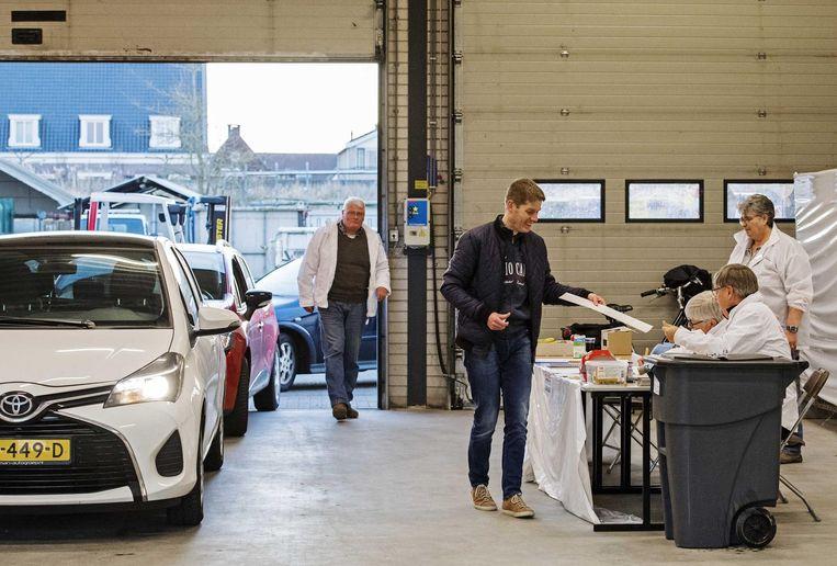 Het drive-in stembureau in de gemeente Zuidplas. Beeld null