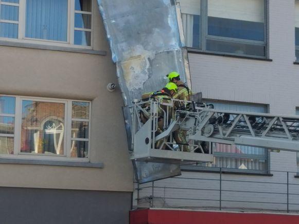 SCHERPENHEUVEL-Deel van dak komt op dak buren terecht