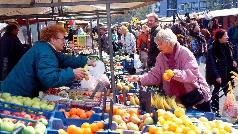 De Amsterdamse Dappermarkt,'een plek waar het noodzakelijk is deugden te etaleren'. Beeld HH