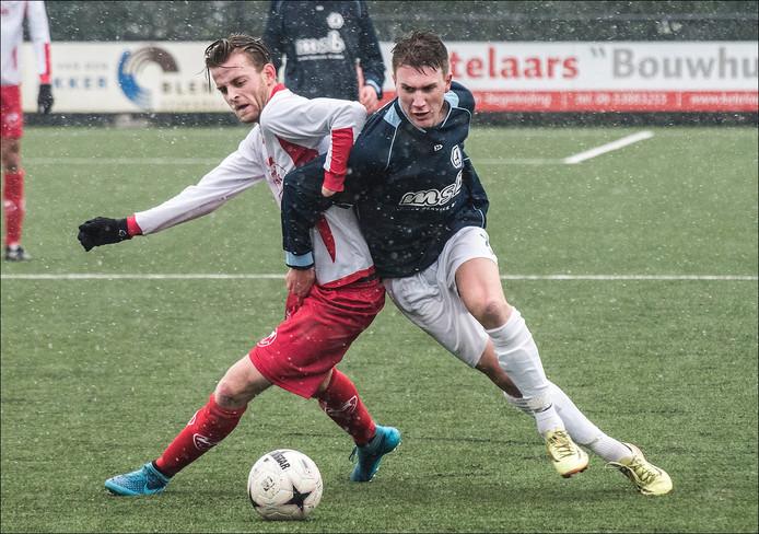Volharding-middenvelder Pepijn van Geenen (l) in duel om de bal met ODC'er Bas Verkaik.