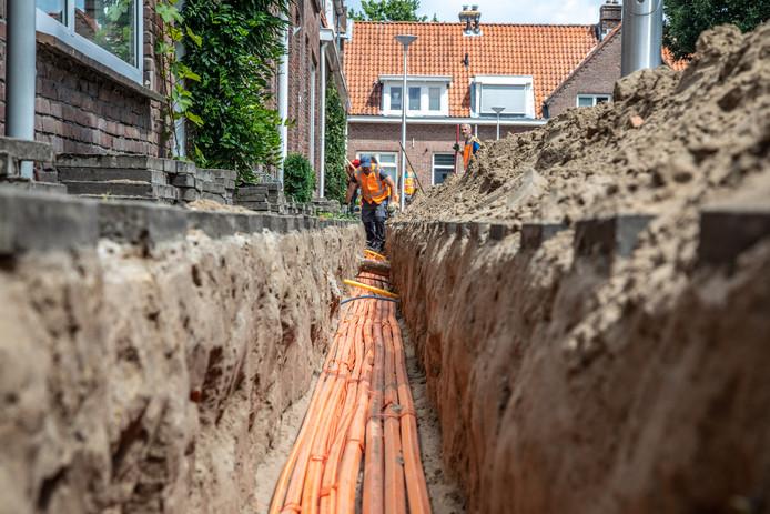 Graafwerkzaamheden voor een glasvezelnetwerk in Zwolle.