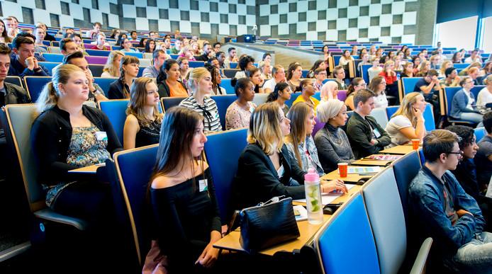 Foto ter illustratie. Aankomende eerstejaarsstudenten van de Erasmus Universiteit volgen een college.