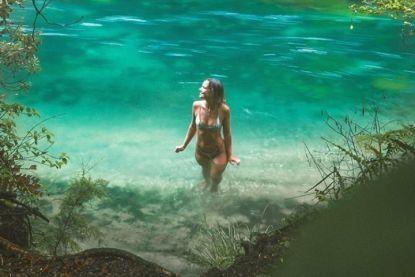 Model oogst storm van kritiek na zwempartijtje in 'heilige bron', maar hebben criticasters wel gelijk?