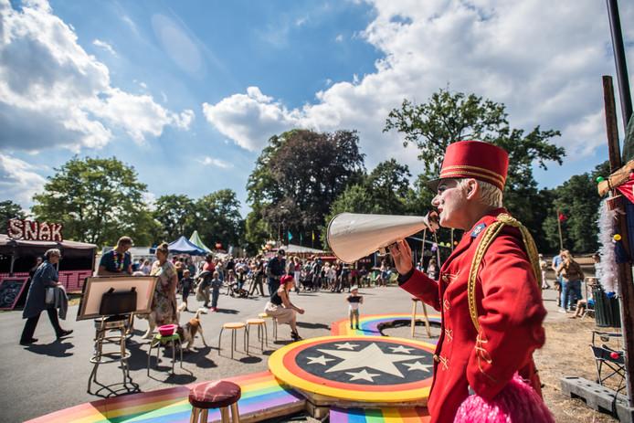 Via een megafoon proberen artiesten publiek te trekken. Foto: Rolf Hensel.