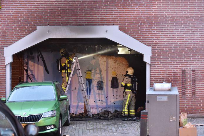 De brandweer voert bluswerkzaamheden uit bij de supermarkt in Apeldoorn.
