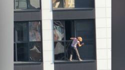 Straffe beelden: vrouw riskeert haar leven tijdens het poetsen