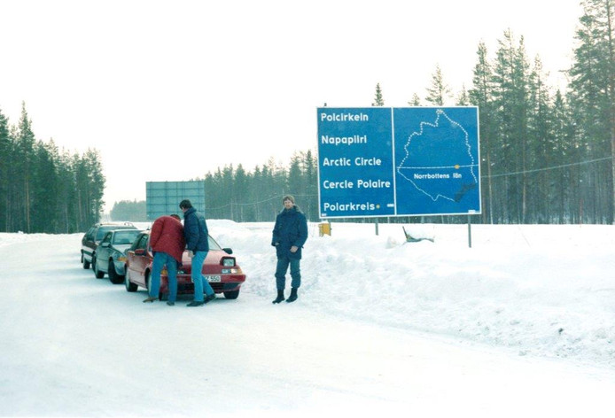 Martien van den Heuvel uit Lierop werkte jarenlang als tester bij Volvo in Helmond. Op deze foto uit 1986 is Van den Heuvel (rechts) met collega's in het noorden van Zweden om te kijken hoe de 480 zich gedraagt in de kou.