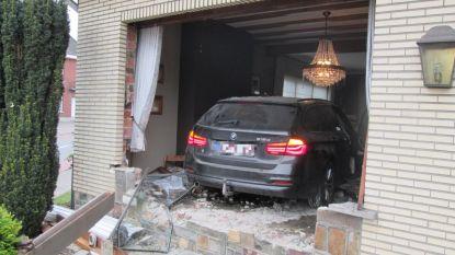 Bestuurder wordt onwel en rijdt met auto woonkamer binnen