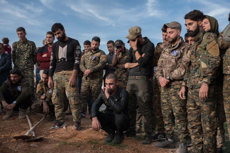 Leden van de Assyrische Militaire Raad (MFS), de belangrijkste militie in Noordoost-Syrië, treuren eind november bij de begrafenis van een strijdgenoot in Hassakeh. Beeld Vincent Haiges