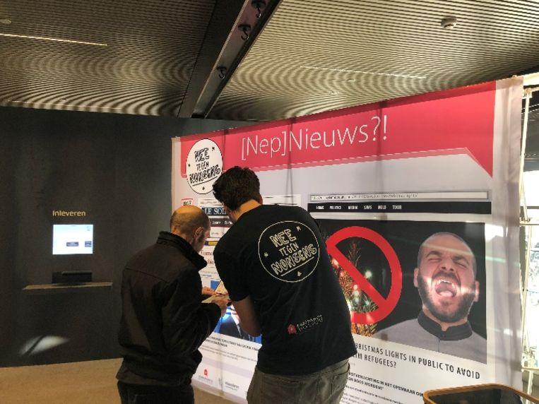 Deze banner was vrijdag te zien in het Brugse station.