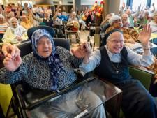 Saskia en Serge zingen het Wereldhuis in Boxtel officieel open