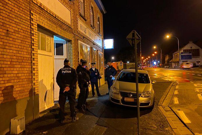 De politie viel binnen in het clublokaal van motorclub Blue Angels langs de Oudenaardsesteenweg in Erpe-Mere.