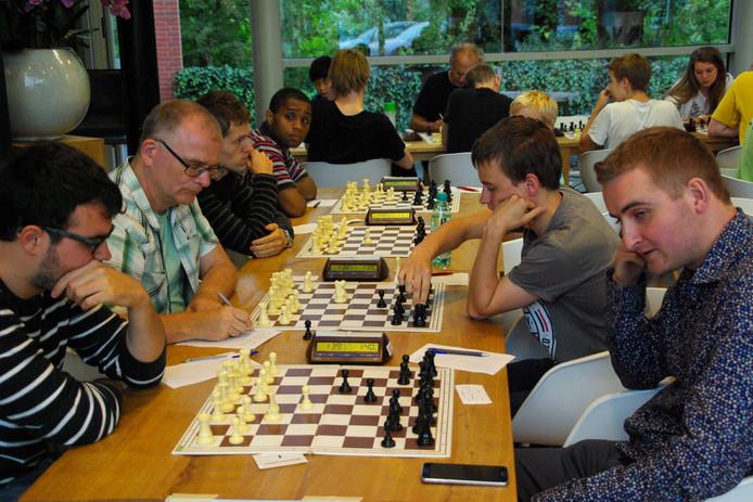 Rechts vooraan: Stefan Bekker, die gisteren de beslissende partij van Wageningen vanuit gewonnen positie verloor.