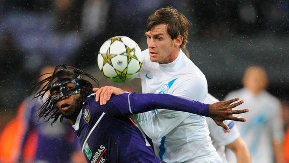 Lombaerts in duel met Mbokani. Zenit speelde tegen Anderlecht in de Champions League.