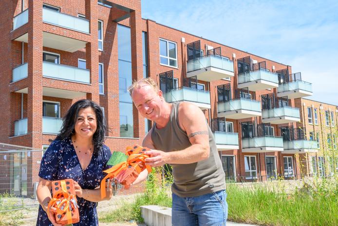 Farah Gohary en Willem van der Spruit kregen gisteren de sleutel overhandigd van hun nieuwe aardgasvrije woningen in Palenstein.