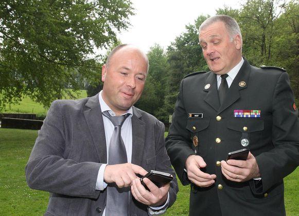 Historicus Franky Bostyn en luitenant-kolonel Rudy Baert checken de nieuwe app.