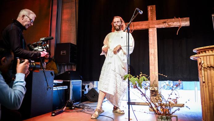 Dick Cools presenteert zich als Jezus. 'Ik kan je zeggen: dat haalt het beste in je naar boven.'