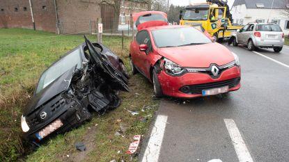 Drie auto's botsen boven Edelareberg: moeder en baby gewond