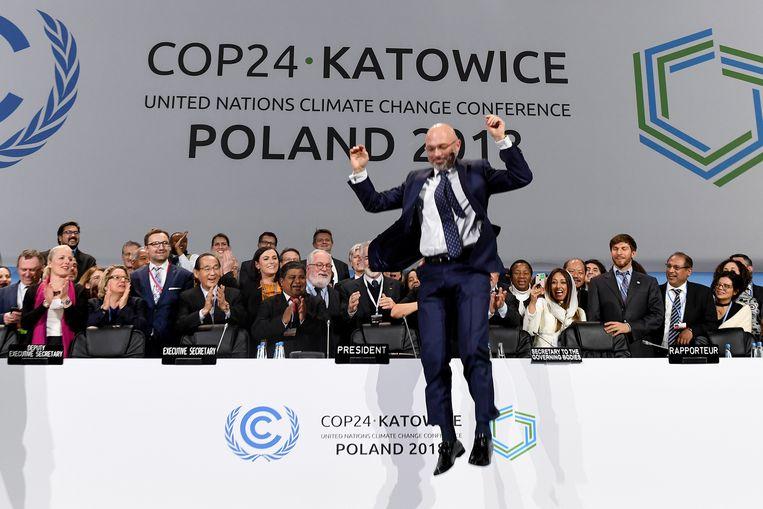 Michal Kurtyka, de Poolse voorzitter van de klimaattop, springt omhoog na de laatste sessie in Katowice, 15 december 2018.  Beeld AFP