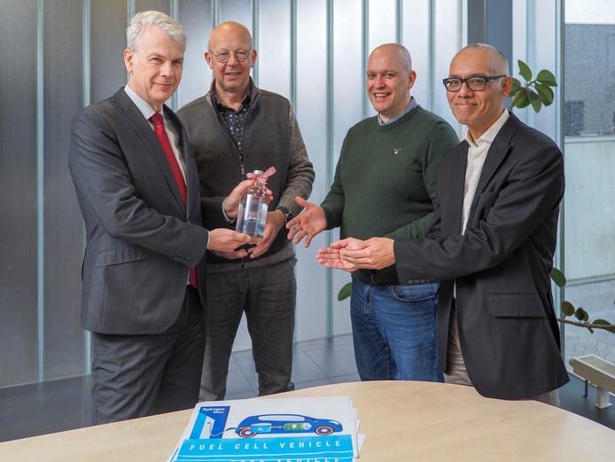 Wethouder Hans Buijtelaar (VVD, Verkeer) geeft bij wijze van symbool voor een waterstoftankstation een flesje water aan ondernemers van De Wieken-Vinkenhoef.