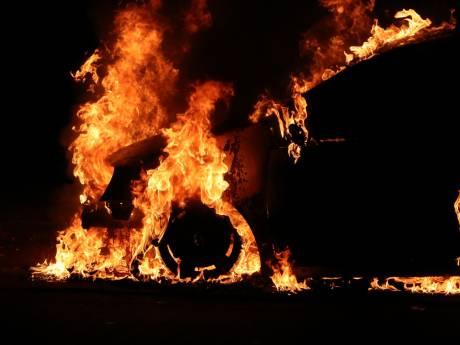 Twaalfde autobrand op rij in Enschede, auto gaat in vlammen op