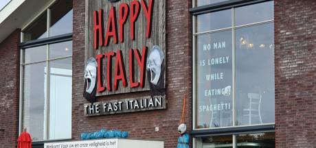 Woedende reacties om 'opgehangen lijk' als Halloween-versiering bij Happy Italy