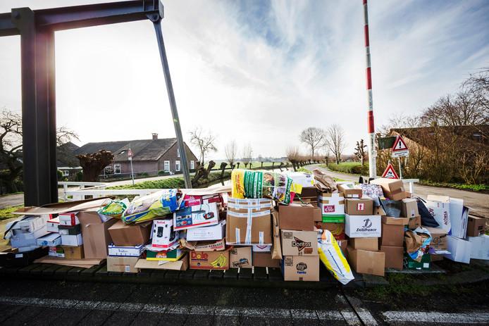 Het oud-papier in de omgeving van de Haardijk in Linschoten wordt verzameld op de brug en later opgehaald.
