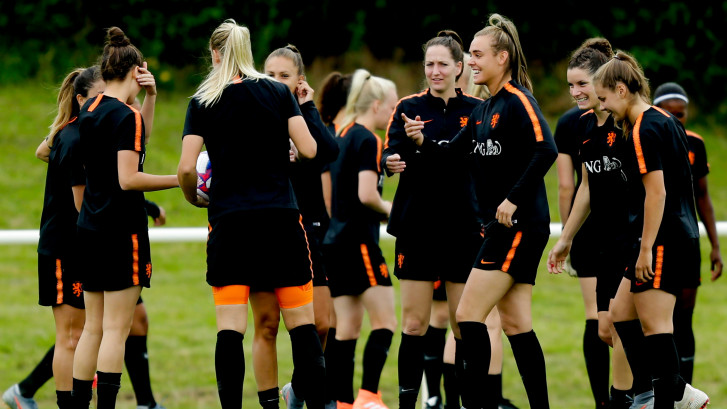 Voetbalsters compleet op laatste training
