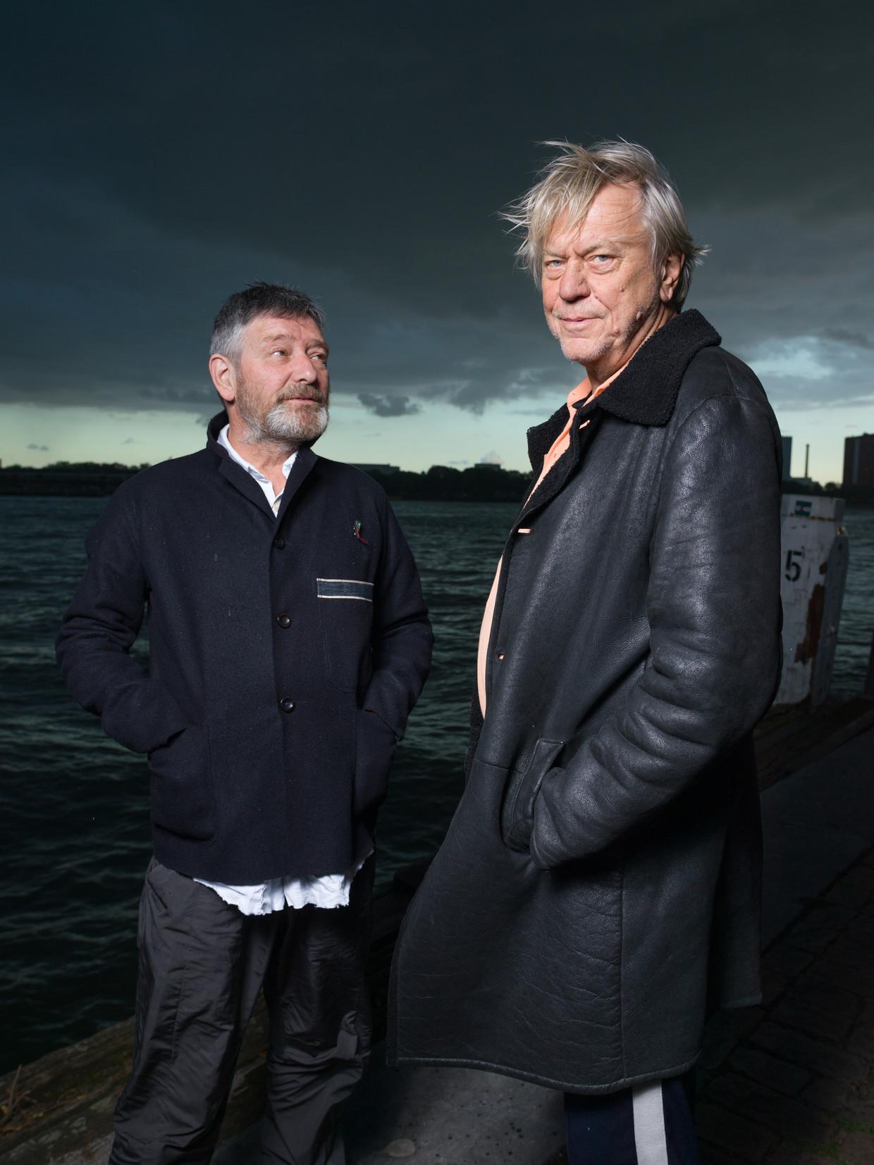 Pierre Bokma (links) en Johan Simons in de haven van Rotterdam. Beeld Ivo van der Bent