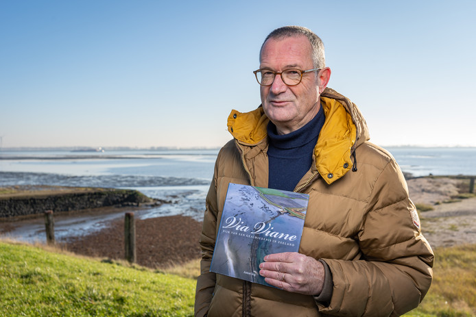 Auteur Anton Stig met zijn boek 'Via Viane' op de plek die hem inspireerde