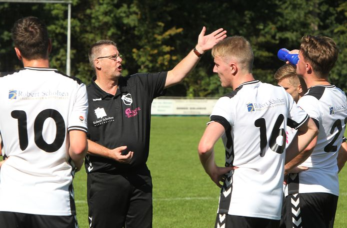 """Hans van der Hoop gaat dit seizoen met ABShet avontuur aan in de derde klasse ,,We willen lekker positief en aanvallend voetbal spelen"""", zegt de trainer."""
