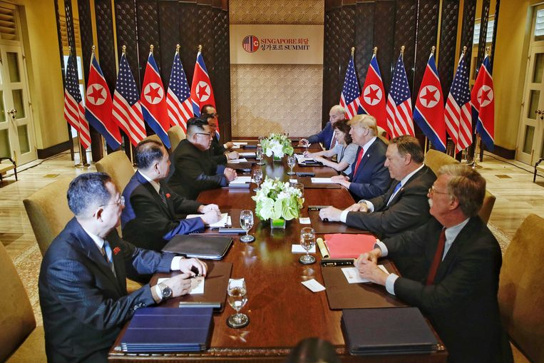 De ontmoeting in het bijzijn van de Noord-Koreaanse en Amerikaanse delegatie. Beeld null