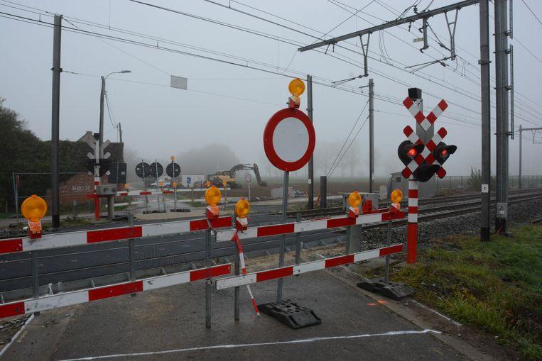 Door vertragingen bij de aanleg van het spoorwegfietspad zijn de overwegen in de Appelstraat en de Gentstraat nog steeds afgesloten.