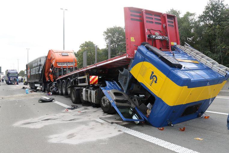 Eén truckchauffeur raakte zwaargewond.